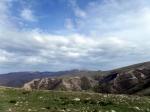 Взгляд в сторону: верховья Орлиного ущелья, а за ним, на горизонте отроги Демерджи.
