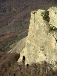 При сильном увеличении видны вход в пещеру, а левее сквозной проём