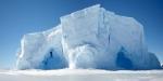 Айсберг и человек (для масштаба)